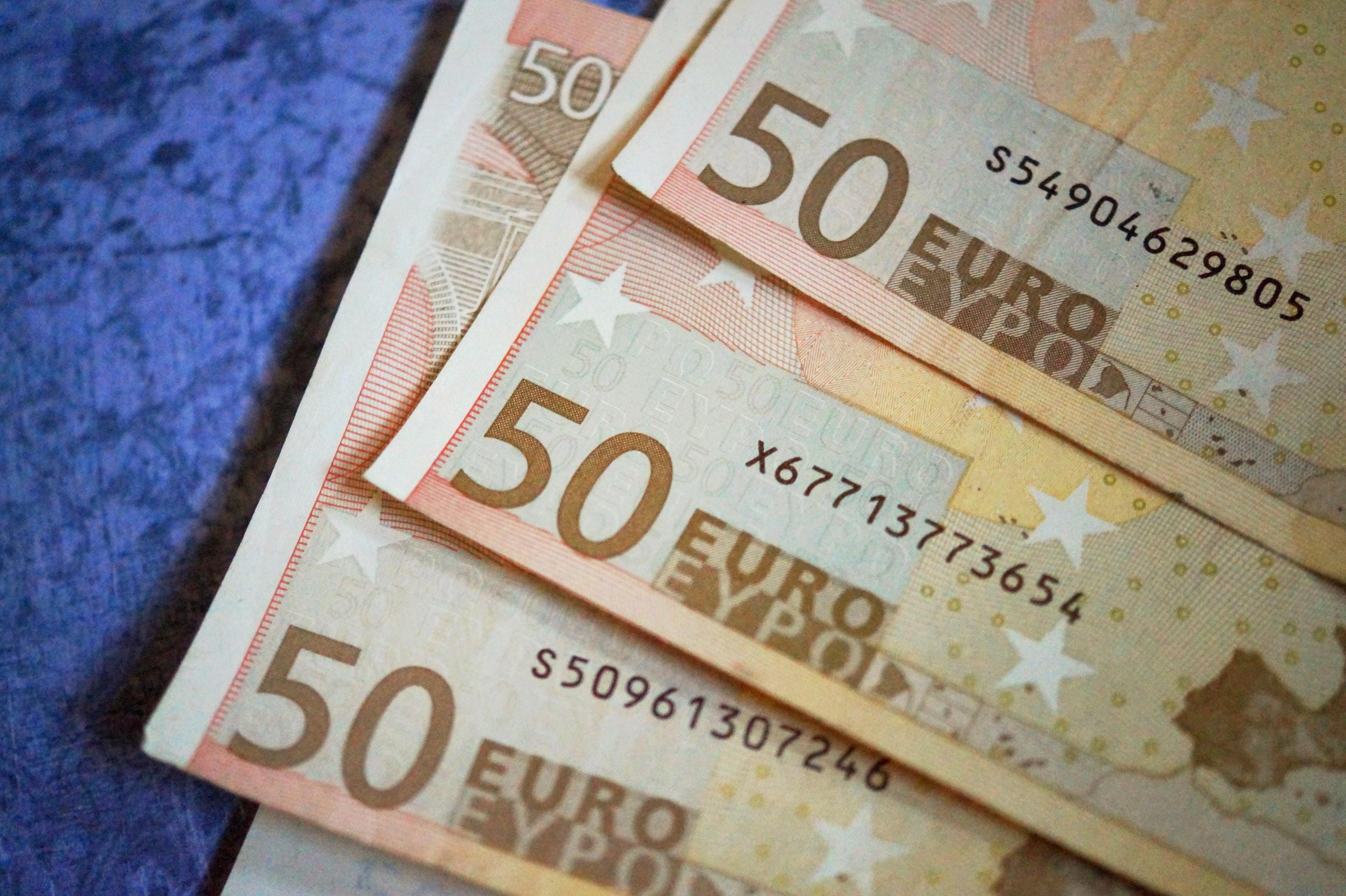 50-bank-bank-note-248933 Ako nasporiť deťom peniaze na štart do života?
