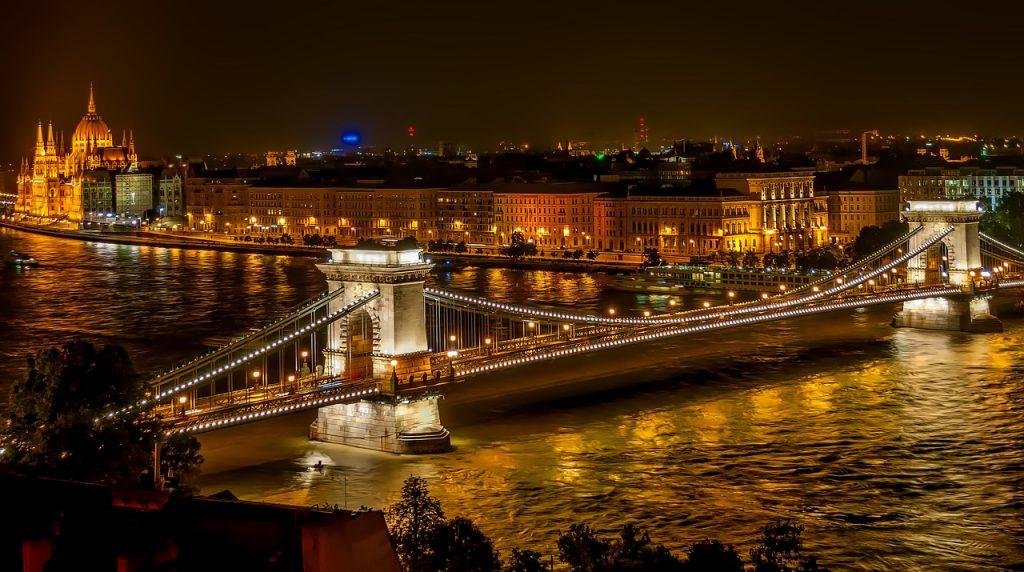 szechenyi-chain-bridge-1758196_1280-1024x572 Krajiny s TOP podmienkami pre hypotéky a úvery do 1 %