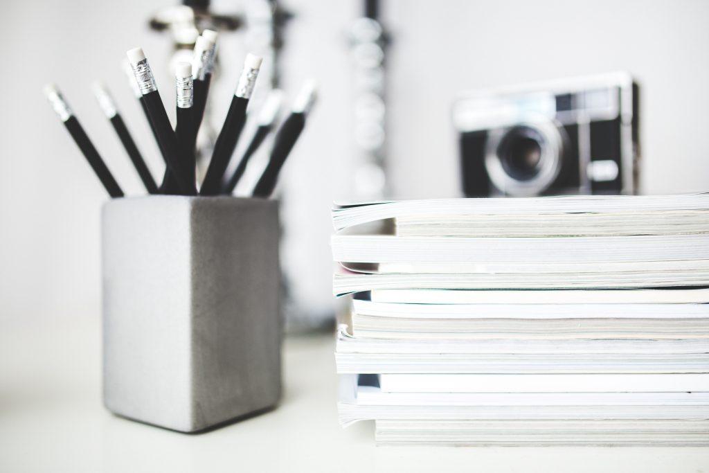 black-and-white-camera-desk-6440-1024x683 Minimalistické šetrenie ČASŤ 4: Domov