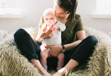 zena matka s malym babatkom dietatom materska dovolenka matersky prispevok
