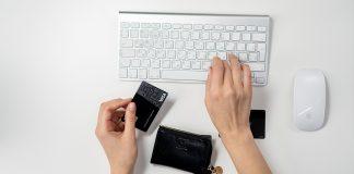 ruka s creditnou kartou pri macu s myskou a klavesnicou hypoteka odklad splatok