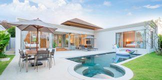krasny dizajnovy biely dom s bazenom
