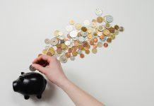 eurove mince v ciernom prasiatku so zenskou rukou