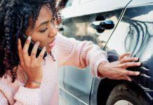 mlada zena s oskrabanymi dverami na aute