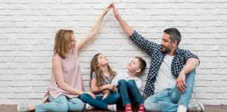 mlada rodina a dve deti