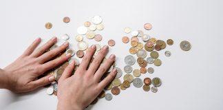 zenske ruky a euromincovky