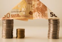 mince a bankovka v tvare domu ako prispevok na byvanie