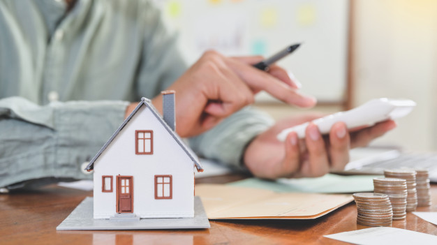 model-houses-coins-with-people-using-calculator-house-cost-concept_36897-796 Kúpiť alebo prenajať nehnuteľnosť : čo sa viac oplatí?
