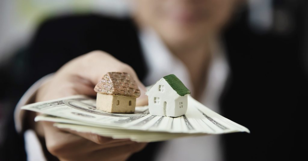 business-man-show-money-bank-note-make-financial-plan-invite-people-sell-buy-house-car-monetary-properties-loan-credit-insurance-concept-1-1024x536 Vyznáte sa v základných typoch pôžičky?