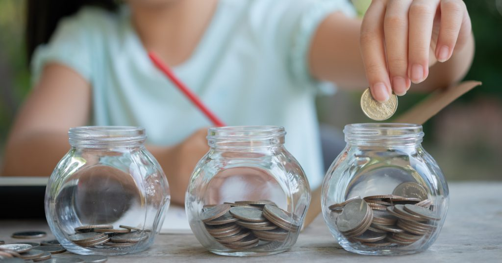 cute-asian-little-girl-playing-with-coins-making-stacks-money-kid-saving-money-into-piggy-bank-into-glass-jar-child-counting-his-saved-coins-children-learning-about-future-concept-1024x536 Pôžička bez dokladovania príjmov nie je mýtus