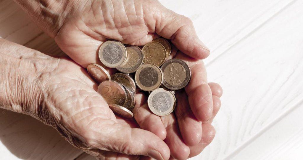 hand-holding-lots-euro-coins-1024x543 Vyznáte sa v základných typoch pôžičky?