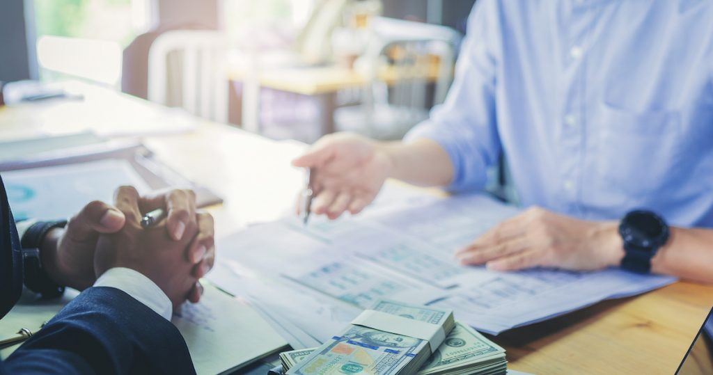 loan-business-finance-businessman-explain-business-report-from-data-analysis-bank-marketing-1024x539 Vyznáte sa v základných typoch pôžičky?